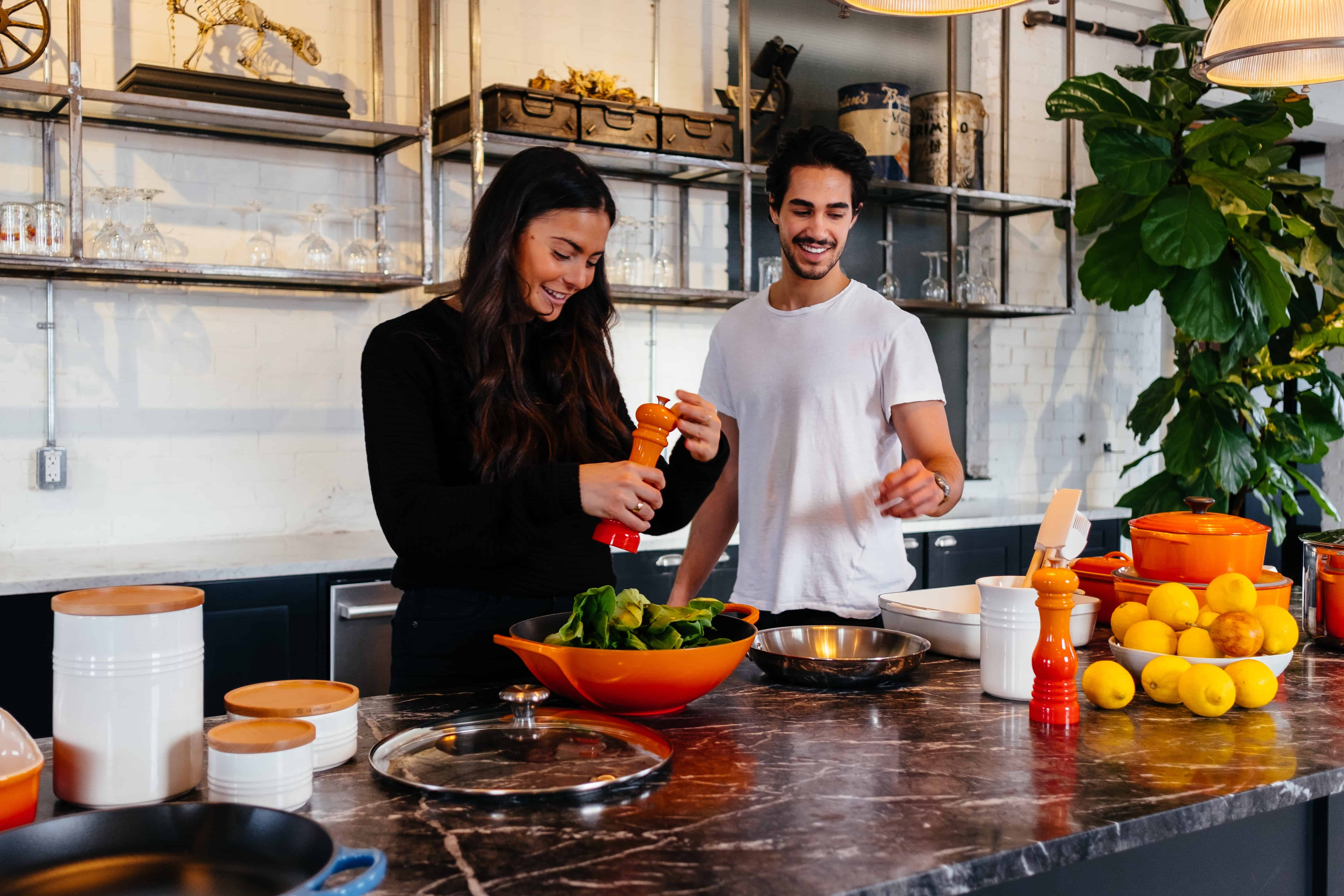 2 persone che cucinano in una cucina